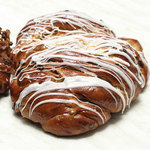 yeast-raised-apple-sultana-cinnamon-fruit-bun-gusto-bakery (2a)