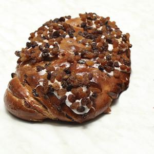 cinnamon-fruit-bun-gusto-bakery